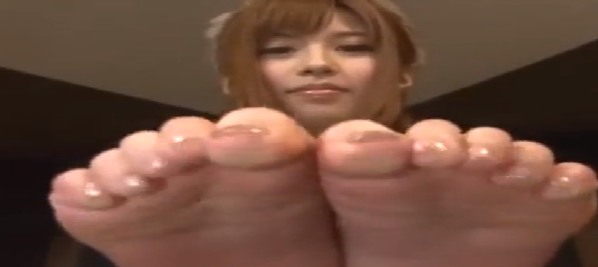 asiatica pone los pies encima de la mesa de cristal